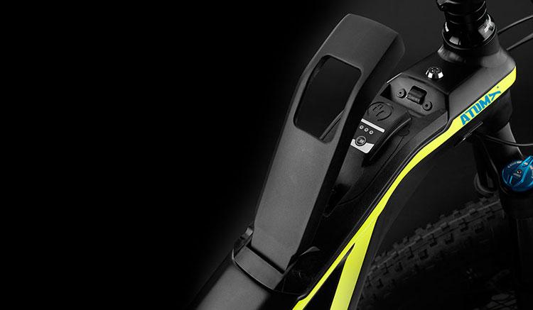 Imagen donde podemos ver cómo el uso del brazalete Smart Key permite desbloquear la tapa que permite extraer la batería de la bicicleta eléctrica BH Atom X.