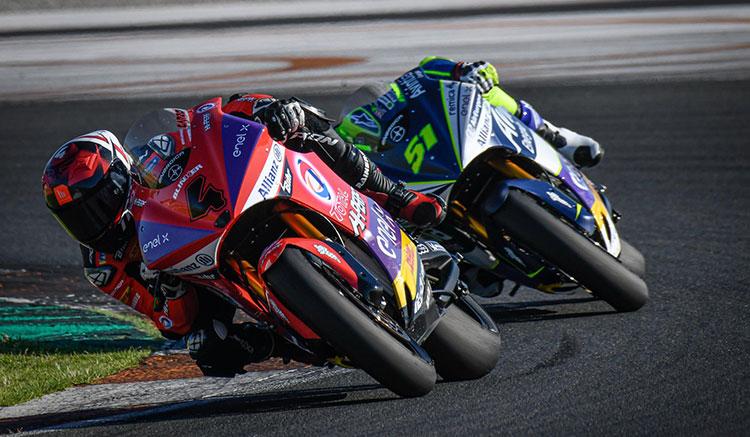 Imagen donde podemos ver a Héctor Garzó y Eric Granado luchando para conseguir la primera posición en MotoE.
