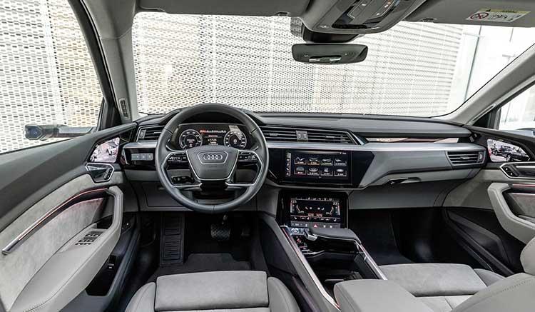 Imagen donde podemos ver los interiores del Audi e-tron, con detalles sobre el salpicadero y el cuadro de mandos del primer coche eléctrico de Audi.
