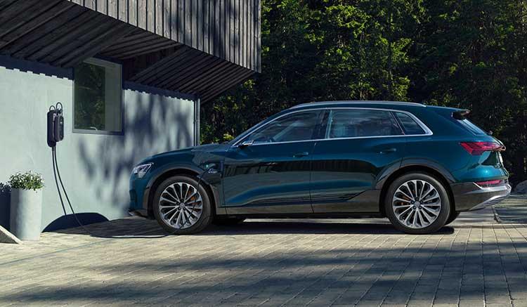 Imagen donde podemos ver un Audi e-tron cargando las baterías en un punto de recarga doméstico.