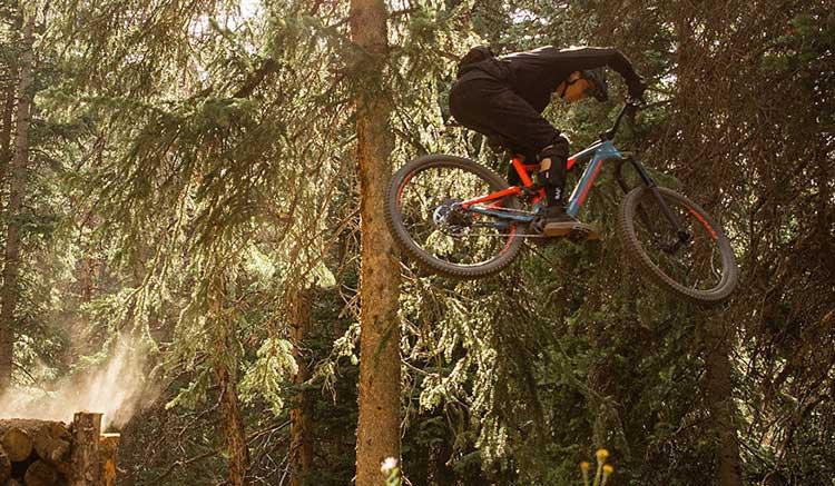 Imagen donde podemos ver a un ciclista de montaña, realizando un gran salto con la Turbo Levo de Specialized.